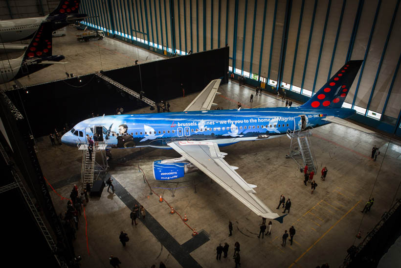 The full livery of the left side of SN Magritte, an A320 airplane livery of Brussels Airlines to commemorate the Art of René Magritte.