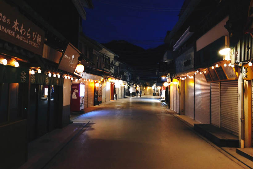 The shopping streets are deserted in the evening.